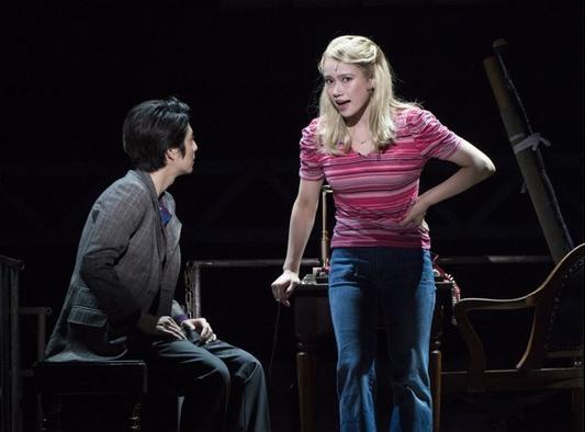 チャーリーに好意を抱き、何かと助言を与えるローレン(ソニン)。2人の恋の行方は?