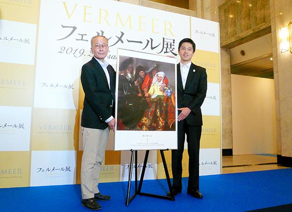 新たに来日が決定した『取り持ち女』とともに。左から篠雅廣大阪市立美術館館長と吉村洋文大阪市長。