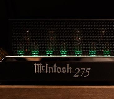 パワーアンプにマッキントッシュの「MC275VI」を使用。サブアンプ、コントロールアンプまでもマッキントッシュで揃える強いこだわりが。オーディオ好きにはたまらないマッキントッシュ・サウンドを堪能できる。