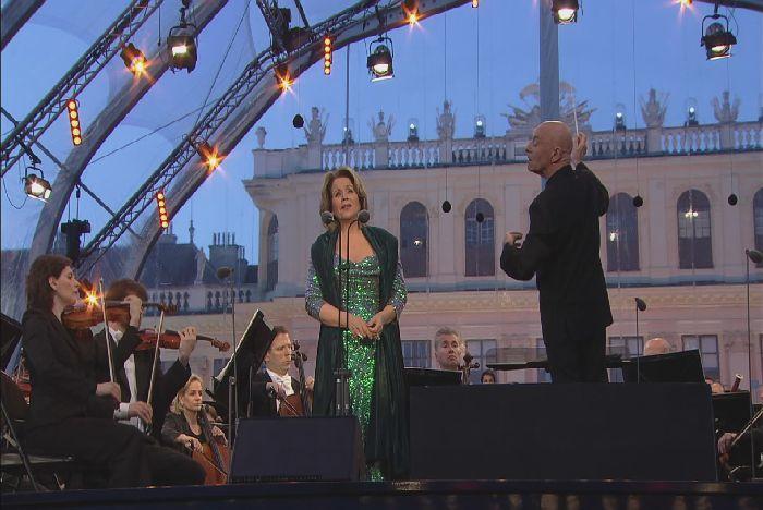 シェーンブルン宮殿前の特設ステージで歌うルネ・フレミング。指揮はクリストフ・エッシェンバッハ