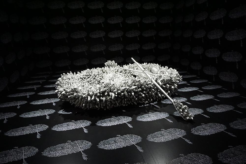 草間彌生『死の海を行く』1981年 ミクストメディア 東京都現代美術館 ©YAYOI KUSAMA