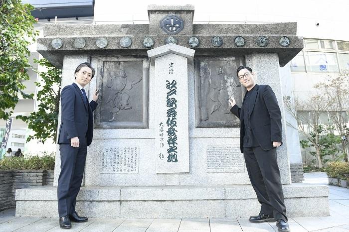 「江戸歌舞伎発祥之地」記念碑の前で (左から)中村七之助、中村勘九郎