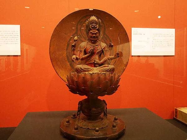 善円作「愛染明王坐像」(鎌倉時代・宝治元(1247)年、西大寺、展示期間:4月15日~5月14日)