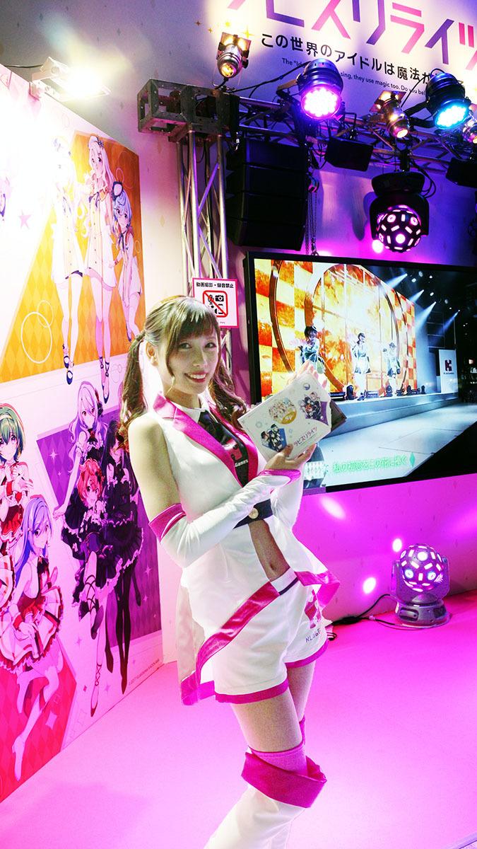 KLabGAMESブースの『ラピスリライツ』のコスプレイヤーさん/撮影:梅田勝司