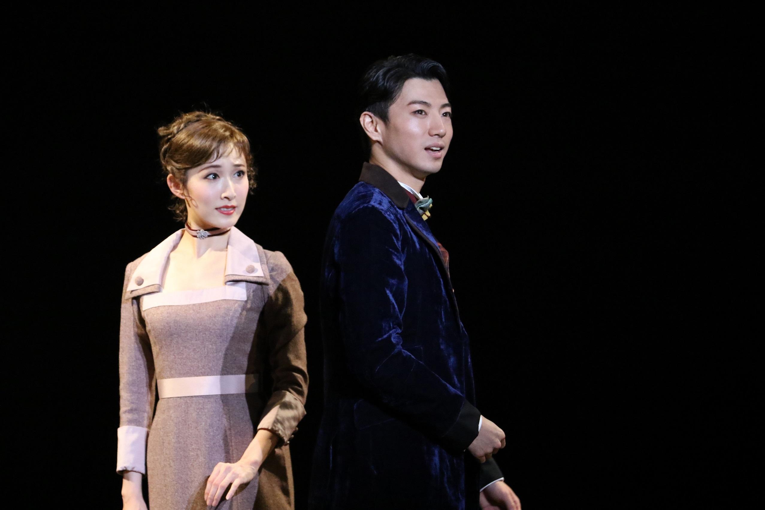 音楽劇『ライムライト』より、実咲凜音(左)と矢崎広 写真提供:東宝演劇部