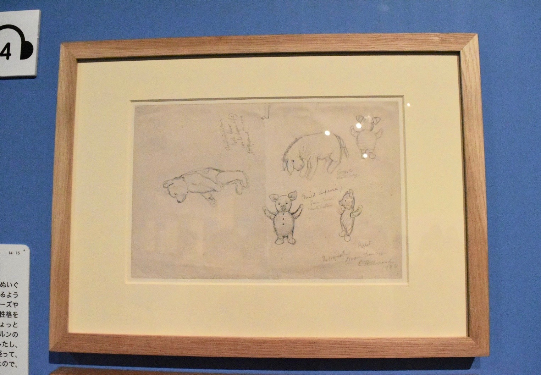E.H.シェパード クリストファー・ロビンのプー(お話がはじまったころ)、イーヨー、オリジナルのコブタ、いずれもおもちゃのスケッチ 誤って1924年とも書かれているが正しくは1926年 ヴィクトリア・アンド・アルバート博物館所蔵