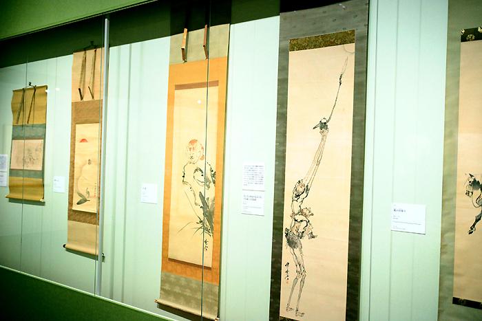 『ゴールドマン コレクション これぞ暁斎!世界が認めたその画力』展示風景 左から4番目が《月に手を伸ばす足長手長、手長猿と手長海老》