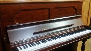 121年前のスタインウェイのアップライトピアノ