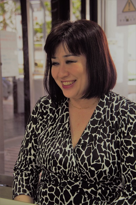 取材に笑顔で応える泉貴子 (C)Isojima
