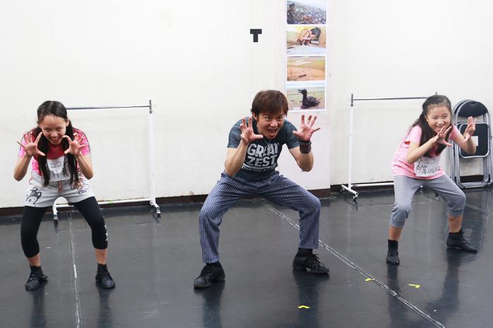 『ニッキー』稽古場にて (左から)中村茉稟、幸村吉也、阿萬はなね