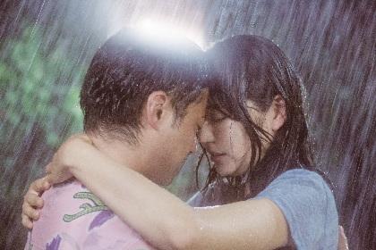 山田孝之と長澤まさみが雨の中で抱き合い、くちづけへ 『50回目のファーストキス』シリアスなキスシーンを解禁