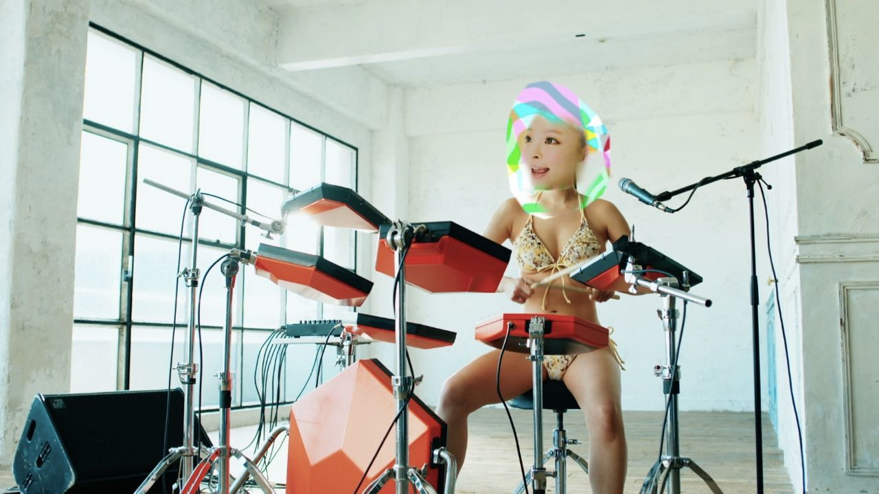「Crazy Crazy (feat. Charli XCX & Kyary Pamyu Pamyu)」MVより