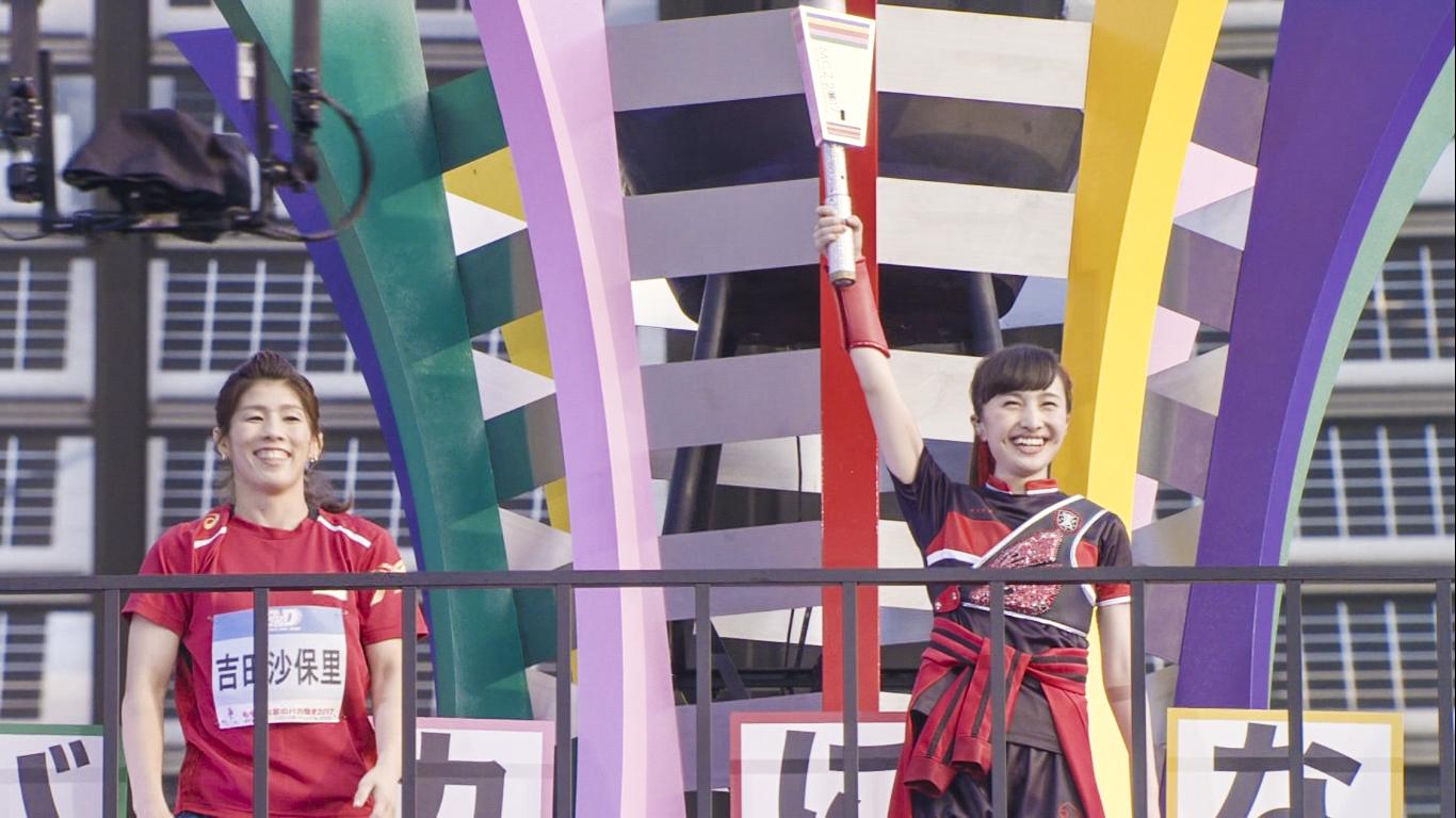 『ももクロ夏のバカ騒ぎ2017 -FIVE THE COLOR Road to 2020- 味の素スタジアム大会会場』1日目吉田沙保里と聖火 Photo by HAJIME KAMIIISAKA+Z