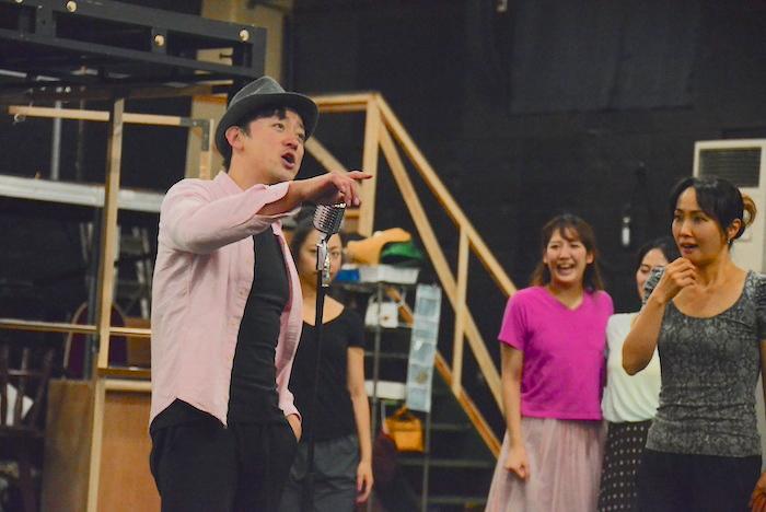 山本耕史(左)と濱田めぐみ(右)