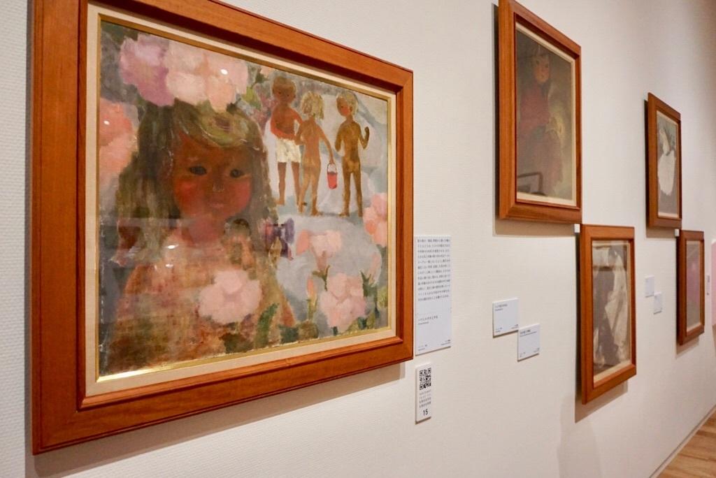 (左)いわさきちひろ《ハマヒルガオと少女》 1950年代半ば 油彩、キャンバス ちひろ美術館蔵