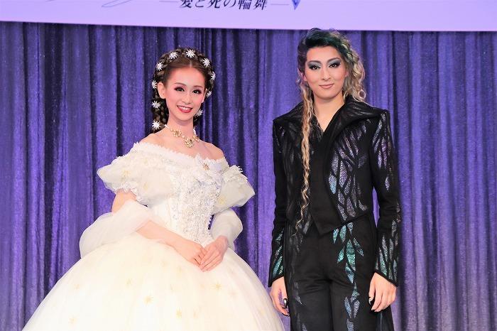 (左から)愛希れいか、珠城りょう