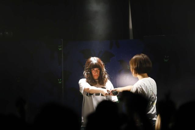 プー・ルイ登場シーン。左からプー・ルイとヒラノノゾミ。(写真提供:オツモレコード)