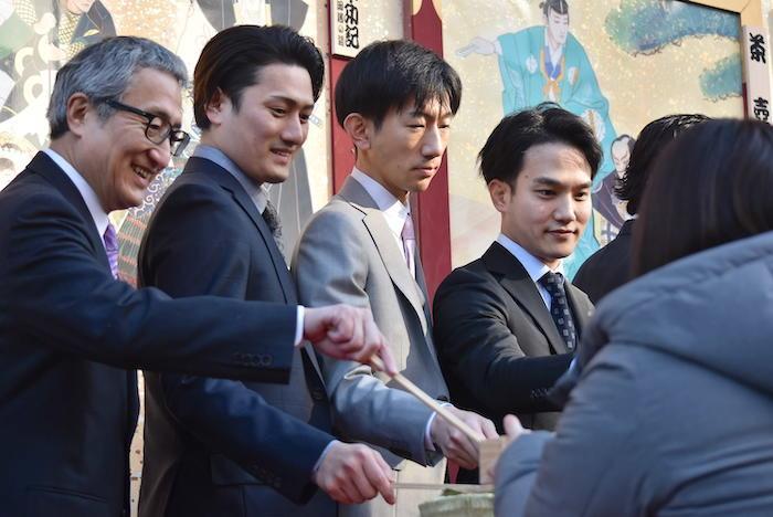 振る舞い酒をする中村錦之助、中村隼人、坂東新悟、中村歌昇(左から)