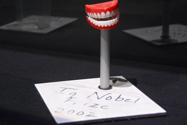 口の模型をモデルにした2002年のトロフィー