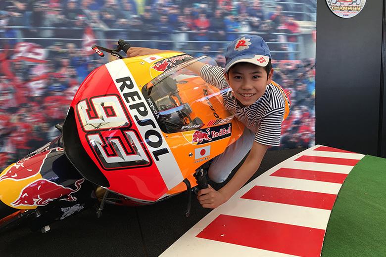 「なりきり!MotoGPライダー」で臨場感あふれるハングオンを体感