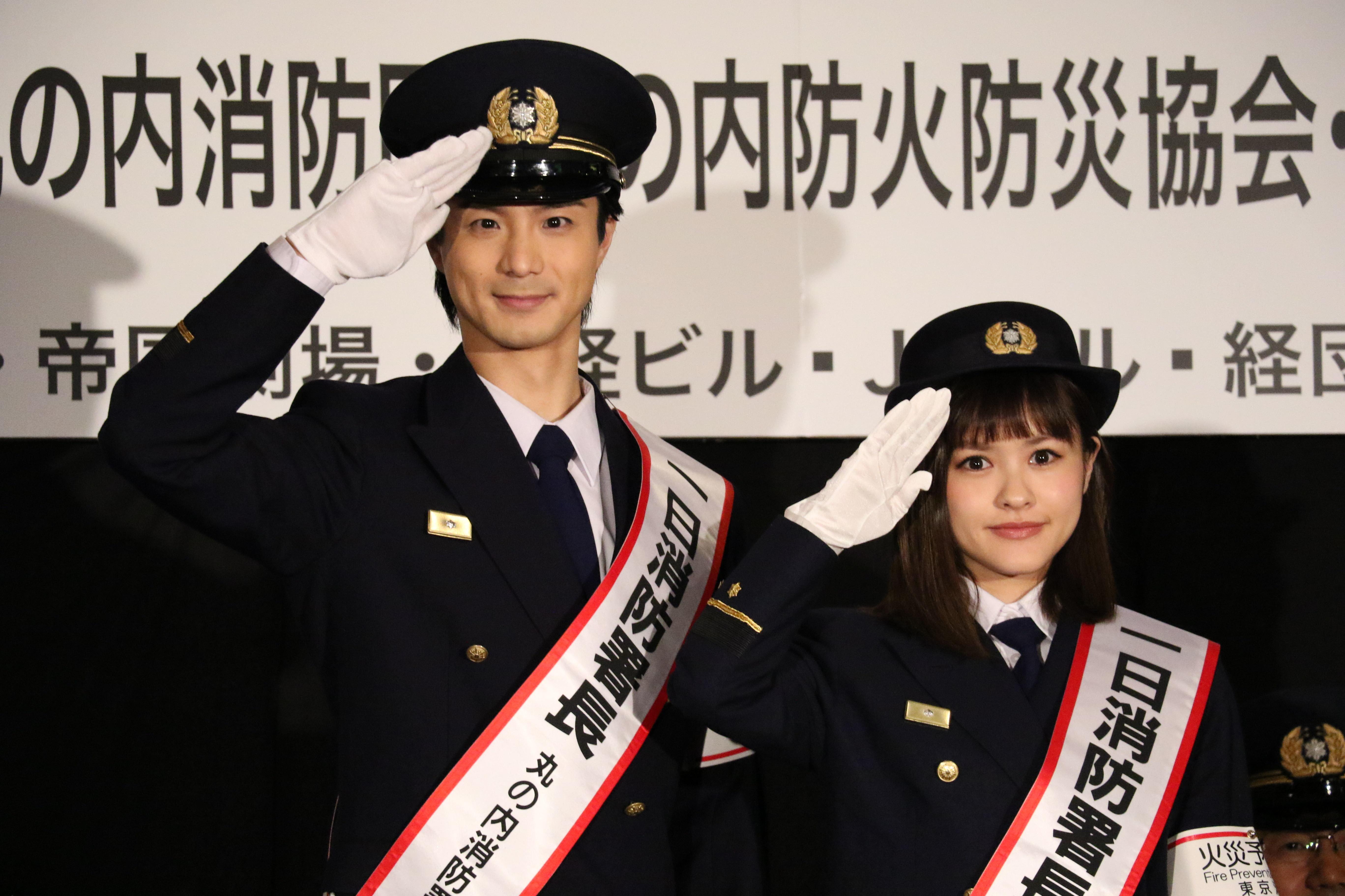 敬礼のポーズを決める田代万里生と昆夏美