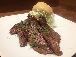 ステーキてっぺい×六本木Buffは、店の人気メニュー 「サガリステーキ」と「特製ドレッシングソース」を組み合わせた料理を提供