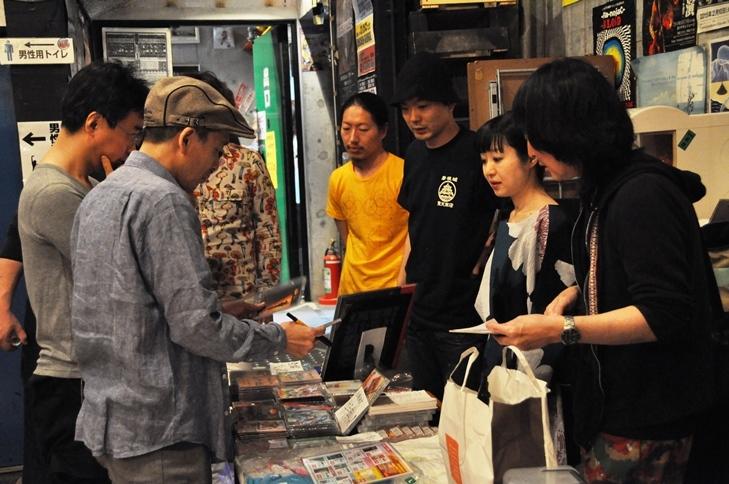 開演前に物販にいそしむ金属恵比須メンバーたち。すでに多くの人がCDやグッズを購入していた
