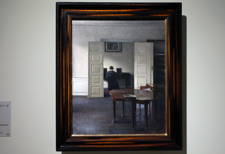 ヴィルヘルム・ハマスホイ《ピアノを弾く妻イーダのいる室内》1910年 国立西洋美術館