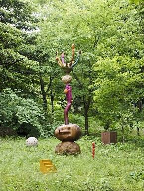 作品:山本桂輔、夢の山(眠る私)、2016年、六甲高山植物園