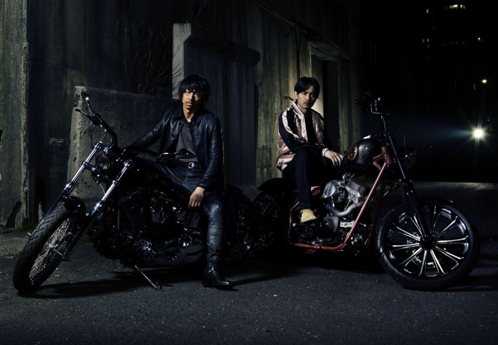 『HiGH&LOW THE MOVIE 2 / END OF SKY』 左から、琥珀(AKIRA)と九十九(青柳翔) (C)2017「HiGH&LOW」