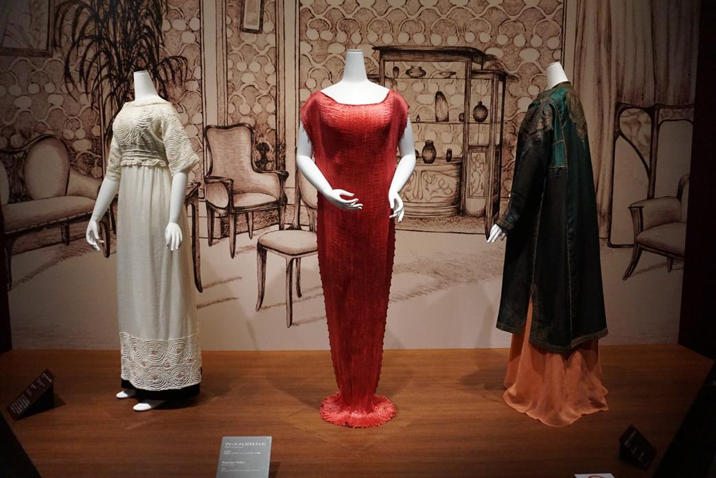 (中央)マリアノ・フォルチュニイ プリーツ・ドレス《デルフォス》1910年代 島根県立石見美術館所蔵