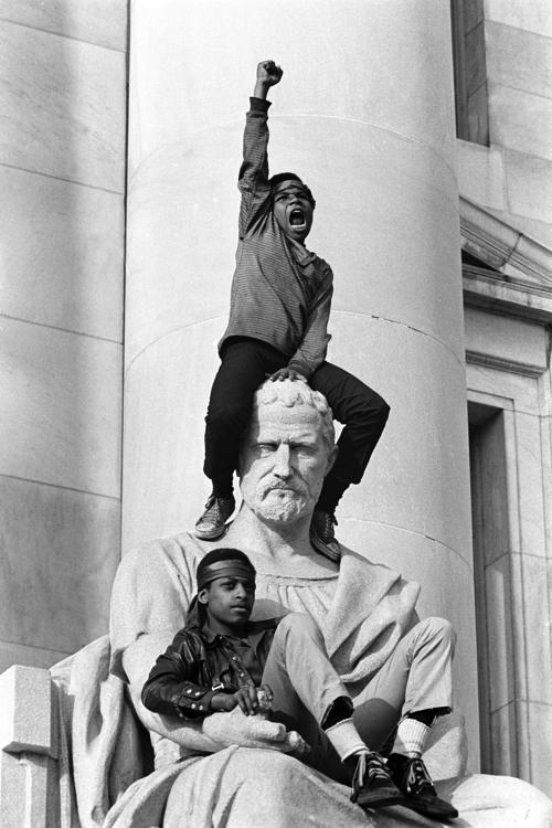 ステファン・シェイムス「ニュー・ヘイブン・カントリー裁判所前にてデモ活動 ボビー・シールとエリカ・ヒューギンズの裁判中」1970年 5月1日 (c)Stephen Shames / Steven Kasher Gallery