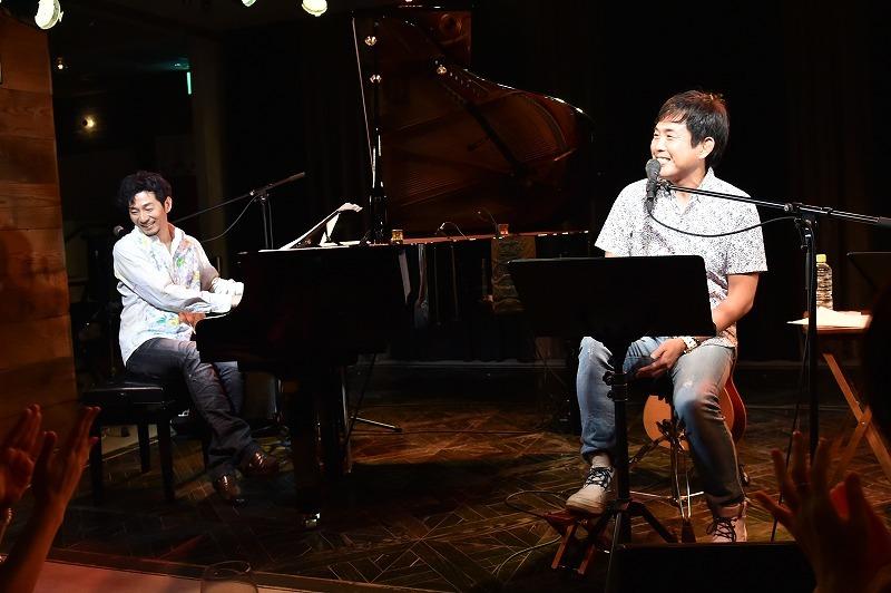 L⇒R:秋田慎治、佐藤竹善 2017.10.3 LIVING ROOM CAFE 撮影=鈴木 恵