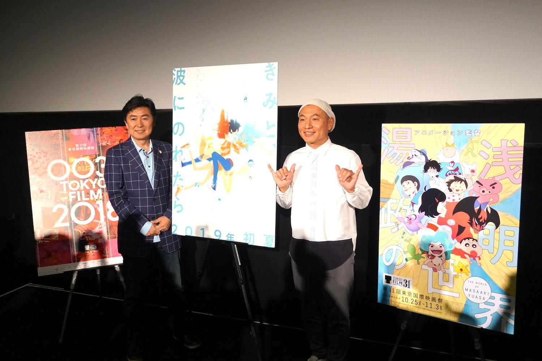 最近お気に入りの「シャカサイン」でニッコリする湯浅監督とMCの笠井アナ(左)