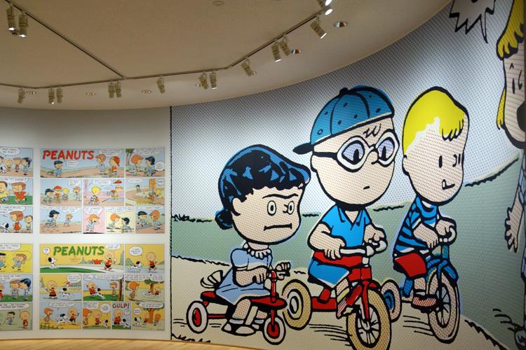 壁面のグラフィックデザインは祖父江慎+コズフィッシュが担当。 (C) Peanuts Worldwide LLC