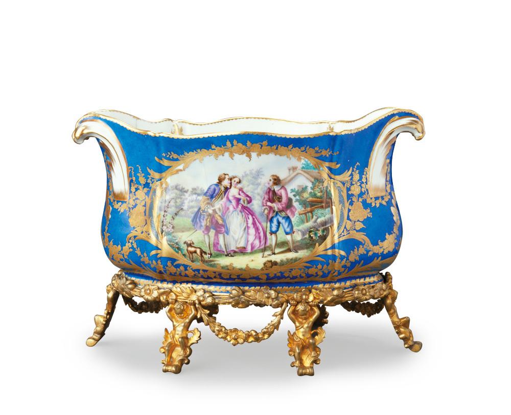 《青地色絵ネオロココ様式人物図植木鉢》 1890年代 ブダペスト国立工芸美術館蔵