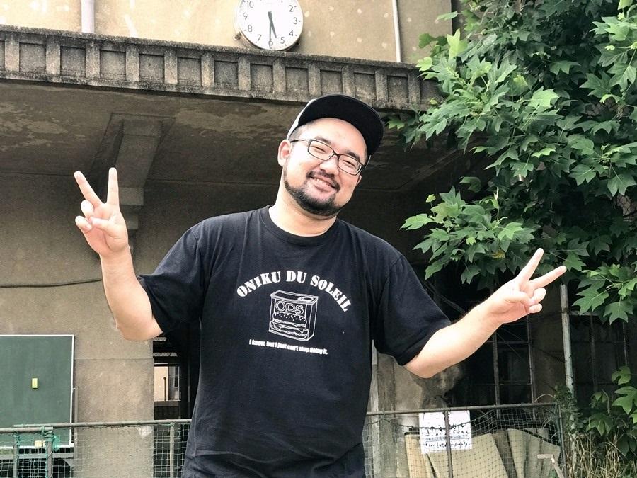池浦さだ夢(男肉 du Soleil)。バックは今回がラスト公演となる元・立誠小学校。 [撮影]吉永美和子