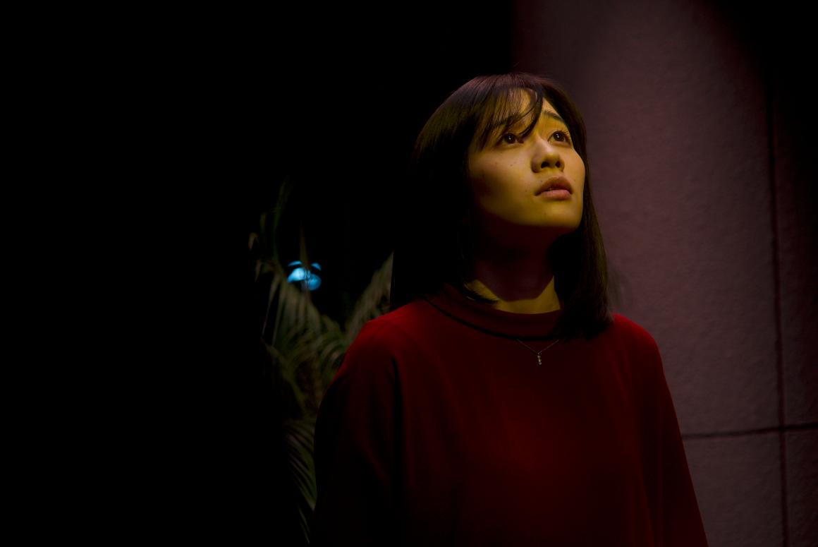 もう一人の謎の女(伊東茄那) (C)2021 山本英夫・小学館/エイベックス・ピクチャーズ