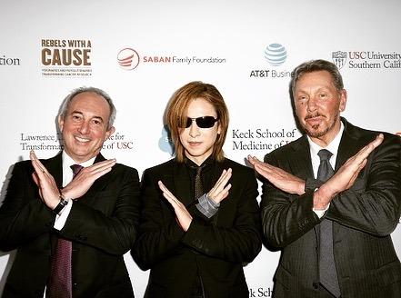 左から、デビッド・B・アグス氏、YOSHIKI、ラリー・エリソン氏