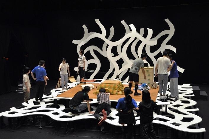 今回の舞台美術の全景。隙間の一部にも「網」が張られ、小道具を出し入れできるという仕掛けも。 [美術]島次郎・角浜有香