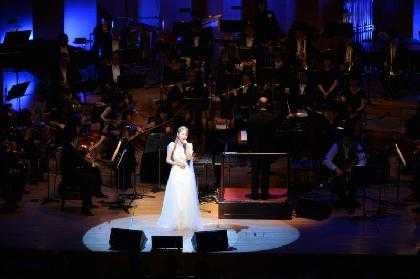 """サラ・オレイン、クラシック音楽の殿堂で""""令和初""""のコンサートを開催 数々のサプライズで観客を魅了"""
