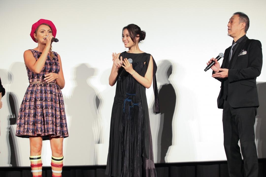 左から、アレクサンドラ・スタン、広瀬アリス、グ スーヨン監督