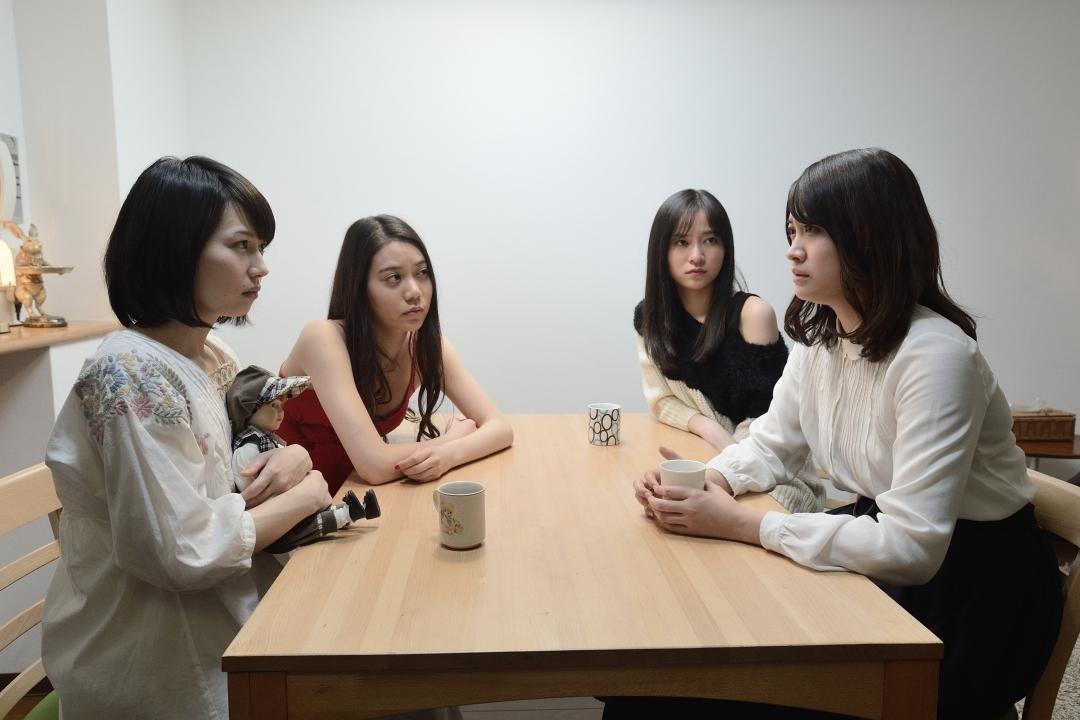 (C)2019「殺⼈⻤を飼う⼥」製作委員会