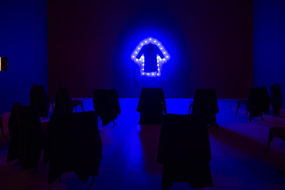 《コート》 2000 / コート、ソケット、電球 / 作家蔵 (C) Christian Boltanski / ADAGP, Paris,  2019, Courtesy Power Station of Art, Shanghai, Photo by Jiang Wenyi