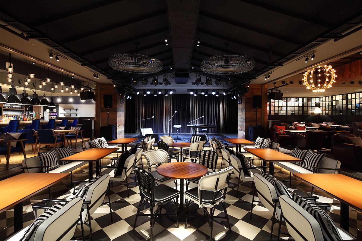 LIVING ROOM CAFE & DINING客席からみたステージ ©eplus
