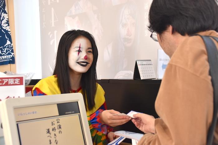 チケットを販売する岡田帆乃佳