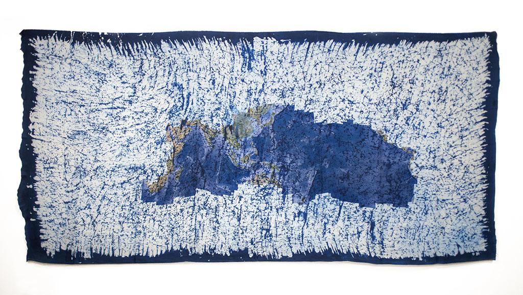 イー・イラン《うつろう世界》(「偉人」シリーズより)2010年 ミマキデジタル・インクジェット・プリント、酸性染料、ろうけつ・藍染め、絹 140.5 x 298 cm Courtesy: Silverlens Galleries, Makati, The Philippines