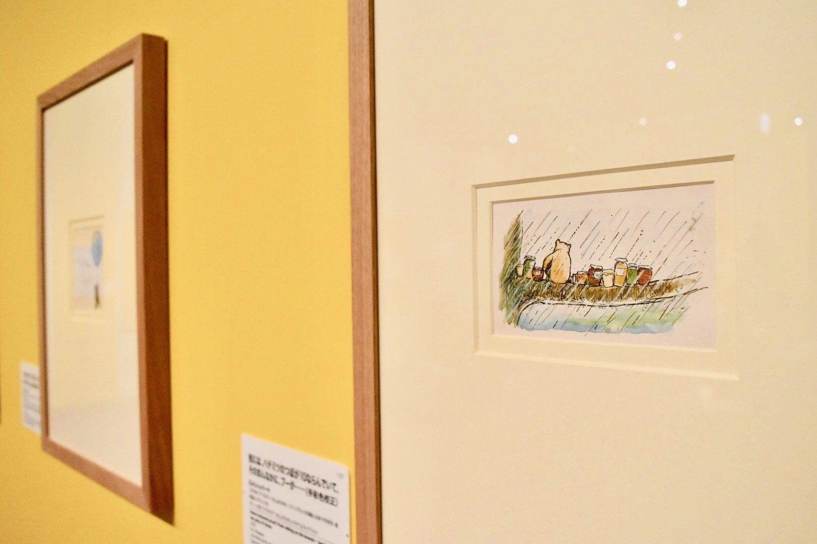 E.H.シェパード 枝には、ハチミツのつぼが10ならんでいて、そのまんなかに、プーが……(手彩色校正) 1970年 サリー大学、『クマのプーさん』『たのしい川べ』コレクション