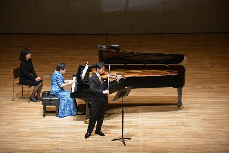 田野倉雅秋とヴァイオリンソナタを共演する池田洋子(2019.1.27)  写真提供:みつなかホール