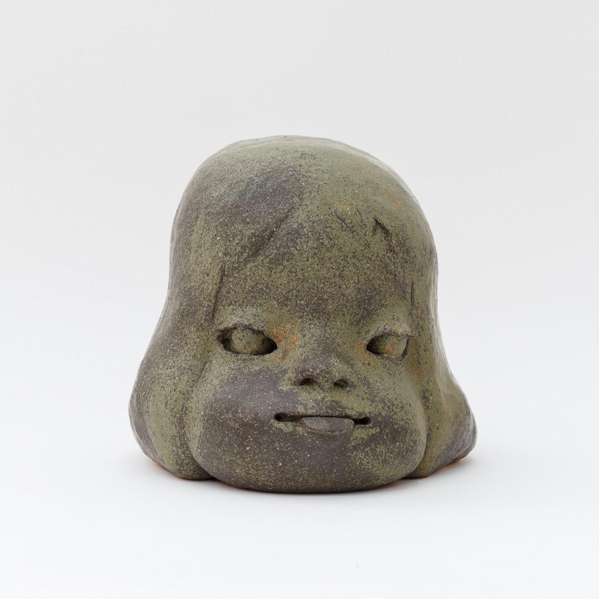 奈良美智《舌出しの子》2010 28×37×28cm ©Yoshitomo Nara